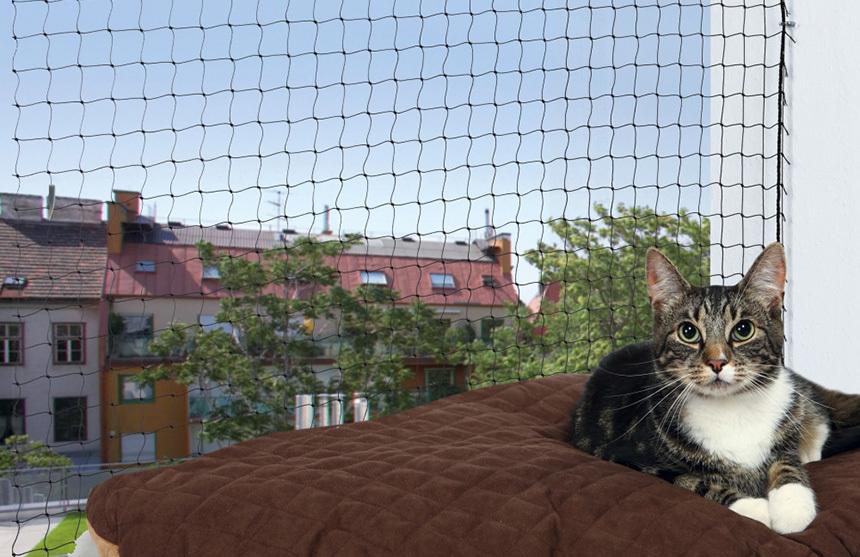 Sötét színű macskaháló az erkélyre
